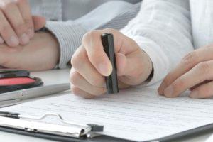 契約書に押印するイメージ画像